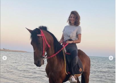 هيدي كرم تستعرض مهاراتها في ركوب الخيل