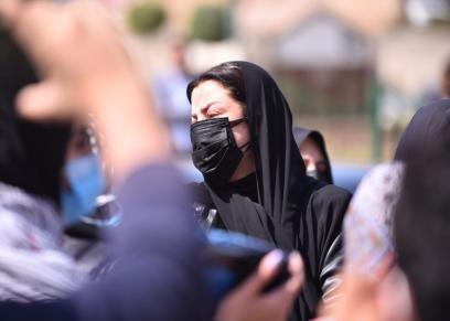 الإعلامية رضوى الشربيني في جنازة والدتها