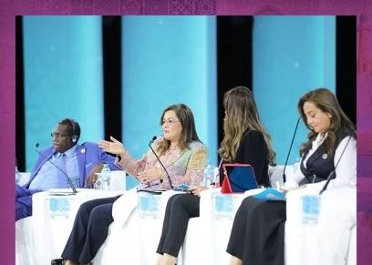 عدد من السيدات المشاركات في احدى جلسات منتدى شباب العالم