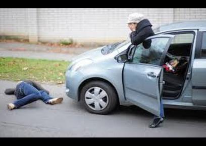 رجل يتسبب في وفاة زوجته وطفله في حادث سير