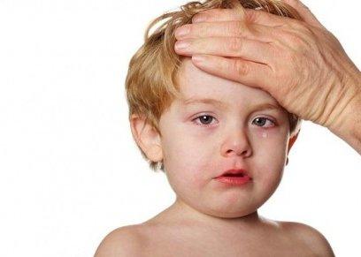 طفل يعاني من الحمى الشوكية