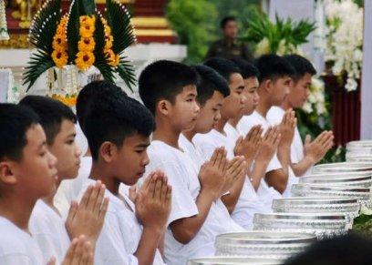 12 تلامذة نجوا من كهف في تايلاند يزورون معبدا بوذيا