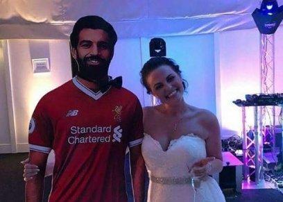 العروس وصورة مجسمة للاعب محمد صلاح