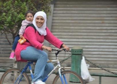 ولاء إبراهيم أثناء حمل ابنتها خلال ركوب الدراجة