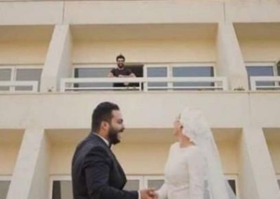 العروسان صاحبا صور محمد صلاح بالعزل