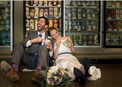 عروسان يحتفلان بزفافهما في سوبر ماركت