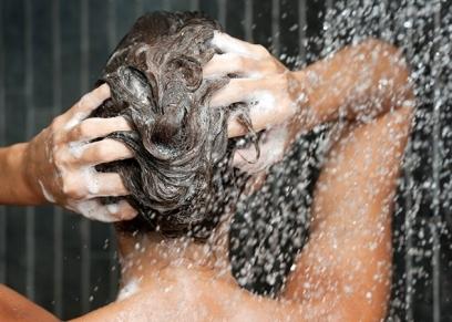 تعرف على عدد مرات غسل الشعر الدهني
