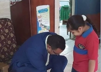 المدير يربط الحذاء لطالبة بالمدرسة