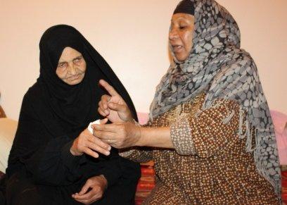 ام ياسر خلال علاج احدى السيدات