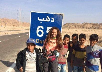 همسة منصور أثناء رحلتها في دهب