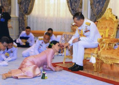 ملك تايلاند أثناء حفل زفافة على الرفيقة