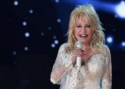 مغنية أمريكية تضع مكياجها قبل الذهاب إلى النوم