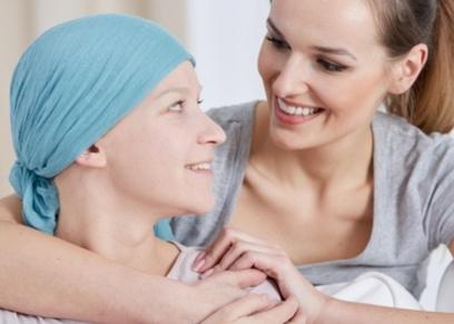 طبيب يقدم الدعم  النفسى لمرضى السرطان من خلال مبادرة مجانية
