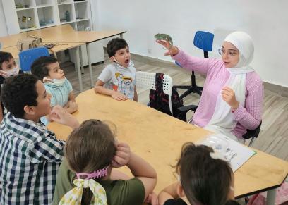 سارة وسط الأطفال لتعليمهم حياة الحيوانات والزواحف