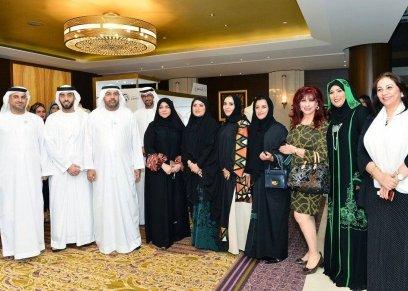 منى المنصوري مع المشاركين بالمعرض