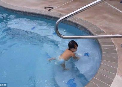 بالفيديو| طفلة عمرها عام تسبح كالمحترفين
