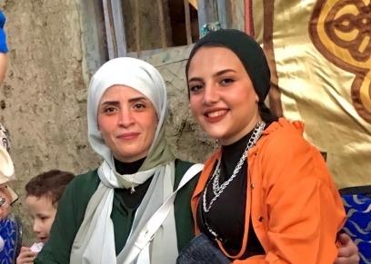«شهد» تحتفل مع والدتها بنجاحها في الثانوية العامة