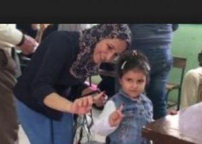طفلة في يدها الحبر الفسفوري