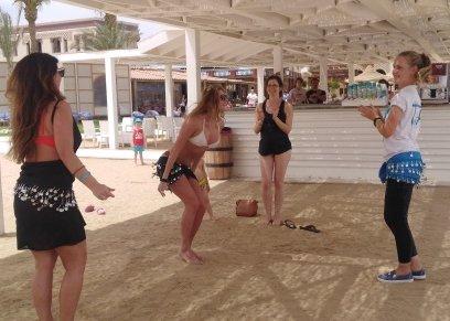 سائحات يتلقين دورس في الرقص الشرقي على شواطئ الغردقة