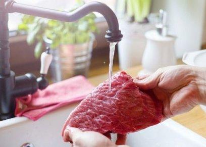 غسل اللحوم قبل طهيها تؤدى  لإنتشار البكتريا.. احذرى غسلها