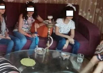 بالصور| فتيات لم يتجاوزن الـ15 عاما يدخنن الشيشة داخل أحد المقاهي
