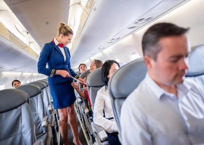 مضيفة طيران تكشف عن سر ارتداء التنانير القصيرة في الرحلات الجوية