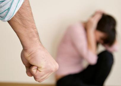 محاكمة رجل اعتدى على امرأة داخل مسجد مسببًا لها عاهة مستديمة