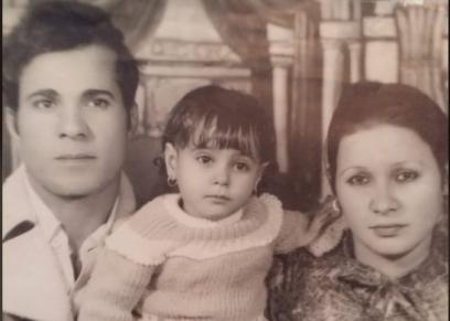 الزوجان «نادية» و«محمد» وابنتهما