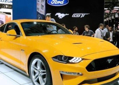 سيارة موستانغ صفراء
