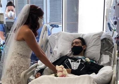 العروسان خلال حفل الزفاف في المستشفى