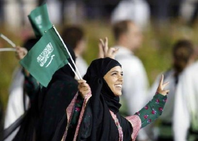 سيدات السعودية يرفع علم المملكة العربية السعودية
