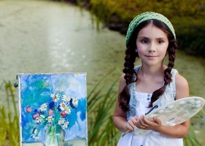 بالصور| تتقاضي 40 ألف دولار سنويًا.. طفلة امريكية تستوحي لوحاتها من القرن الـ18و19