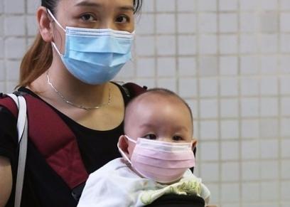 أسرة ترتدي الكمامات للحماية من فيروس كورونا