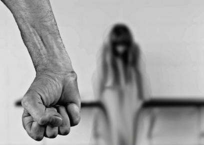 رجل يضرب زوجته الحامل حتى الموت بسبب