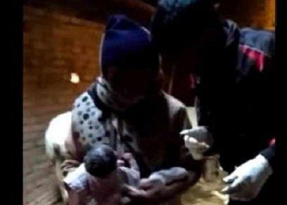 الطفل الرضيع مع أحد موظفات الخدمات الصحية