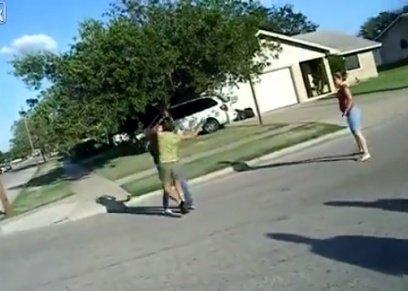 اعتداء فتاتين على بعضهما في وسط الطريق دون تدخل من المارة
