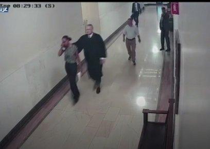 بعدما وضع يده علي ظهر امرأة.. قاضٍ أمريكي يستقيل من منصبه