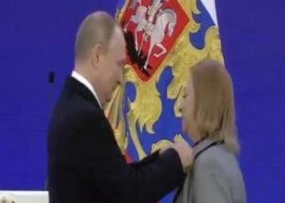 الدكتورة مكارم الغمري خلال تسلمها الوسام من الرئيس الروسي فلاديمير بوتن