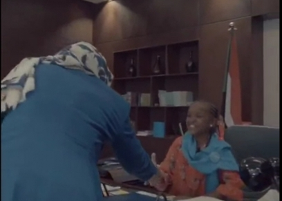 الطفلة السودانية وهي تستقبل أعضاء الحكومة