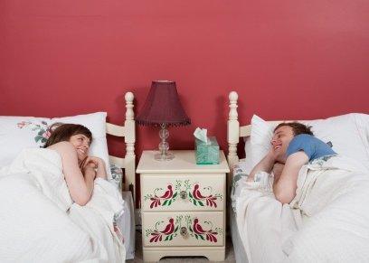 زوجان في سريرين منفصلين