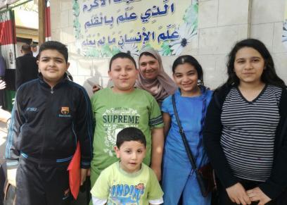 بالصور| علياء تصطحب أطفالها وأبناء جيرانها للجنة الانتخابية: