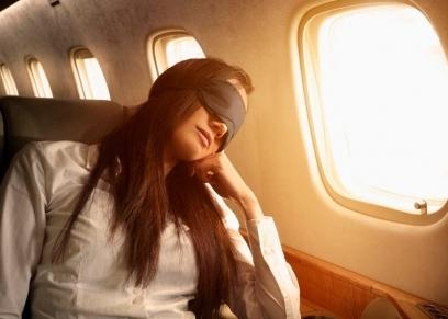 وقف رجل في الطائرة لمدة 6 ساعات متواصلة لتنام زوجته
