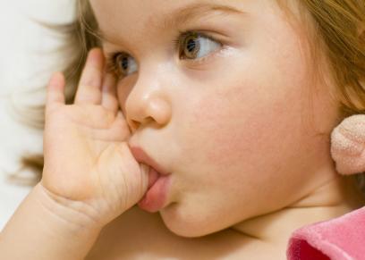3 وسائل تساعد في تخلص الطفل من مص إصبعه