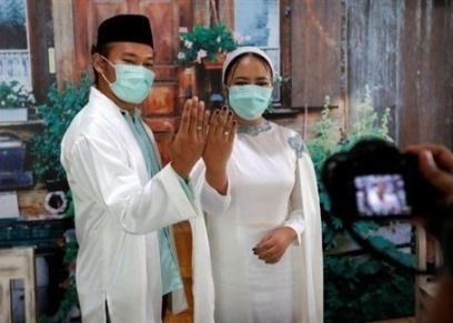 عروسان يتزوجان في حفل أونلاين