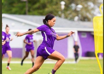 تتدرب مع فريقها كرة قدم رغم حملها في الشهر الخامس