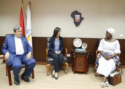 مايا مرسي مع أعضاء الوفد