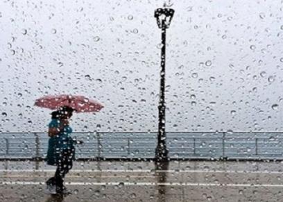 سيدات تمسكن بلقمة العيش في مواجهة الطقس السييء