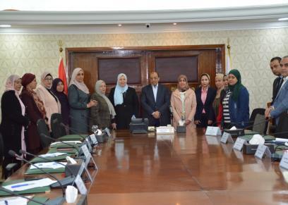 وزير التنمية المحلية مع قيادات وحدات تكافؤ الفرص