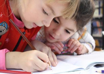 طفل يتعلم الكتابة