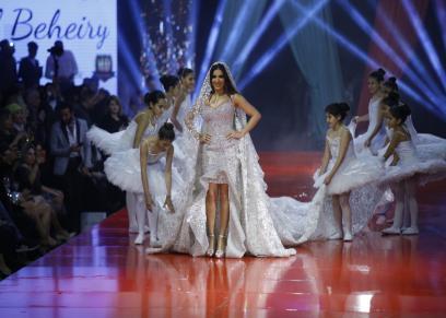 مي عمر خلال عرض الأزياء